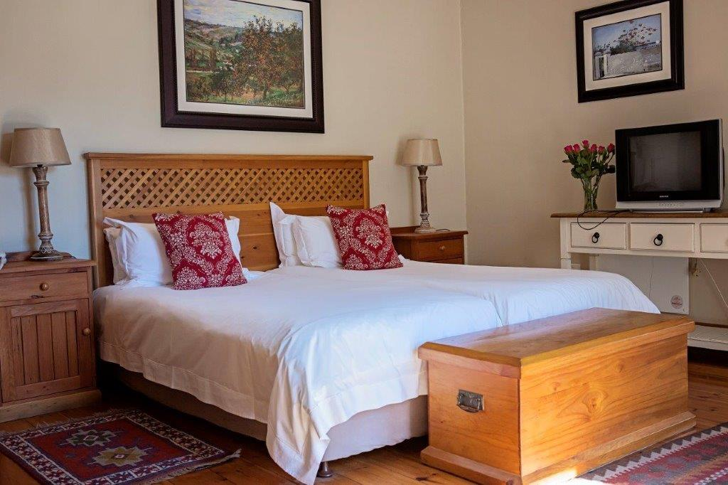 Oak Tree Lodge Tv And Bed