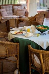 Oaktree Lodge Breakfast for One-1