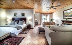 Oaktree Lodge Garden Suite Modern ccommodation Paarl.